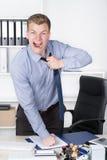 年轻愤怒的人撕毁打开他的领带 免版税库存照片