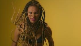愤怒的妇女恼怒和紧张地挥动的手和震动非洲的头发 股票录像