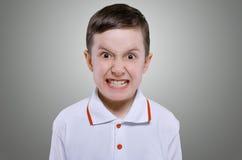 愤怒的小男孩的概念 免版税库存照片