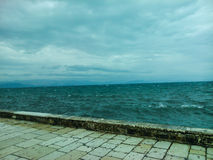 愤怒的海和云彩 库存照片