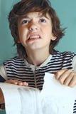 愤怒的男孩关于他的照片的图画关闭 免版税库存照片