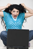 愤怒的膝上型计算机叫喊的妇女 免版税图库摄影