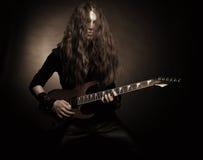 愤怒的金属吉他弹奏者 库存图片