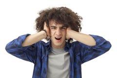 愤怒的年轻人覆盖物耳朵用手 库存图片