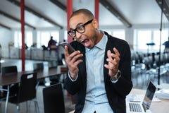 愤怒的bisnessman谈话在电话 免版税库存照片