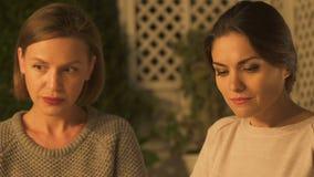 愤怒看在争吵以后的妇女,怀有怨恨,背叛由最好的朋友 影视素材