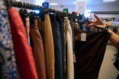 慈善商店-使用的五颜六色的衣裳 免版税库存照片