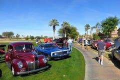 慈善车展的人敬佩经典,旧车改装的高速马力汽车和特殊利益的行停车场在高尔夫球场 库存图片