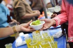 慈善食物分享了对大家在社会和恶劣的需要这慈善食物:留心的概念:一个社会概念  库存图片