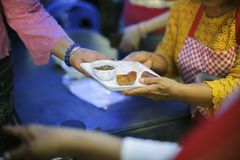 慈善食物分享了对大家在社会和恶劣的需要这慈善食物:留心的概念:一个社会概念  免版税库存图片