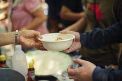 慈善食物分享了对大家在社会和恶劣的需要这慈善食物:留心的概念:一个社会概念  免版税库存照片