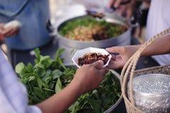 慈善食物分享了对大家在社会和恶劣的需要这慈善食物:留心的概念:一个社会概念  库存照片