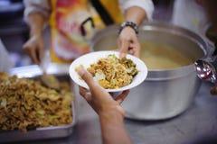 慈善食物分享了对大家在社会和恶劣的需要这慈善食物 免版税图库摄影