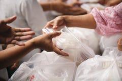 慈善食物的概念贫寒的:生命概念问题,在社会的饥饿:帮助的人以与仁慈的饥饿 库存图片