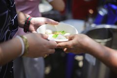 慈善食物的概念贫寒的:生命概念问题,在社会的饥饿:帮助的人以与仁慈的饥饿 图库摄影