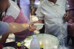 慈善食物的概念贫寒的:生命概念问题,在社会的饥饿:帮助的人以与仁慈的饥饿 免版税库存照片