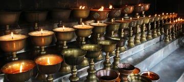 慈善 祈祷的蜡烛在一个修道院里在不丹 库存图片