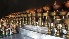 慈善 祈祷的蜡烛在一个修道院里在不丹 免版税库存图片