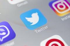 慌张在苹果计算机iPhone 8智能手机屏幕特写镜头的应用象 慌张app象 慌张是一个网上社会网络 免版税库存图片