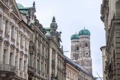 慕尼黑从中世纪附近的街道采取的Frauenkirche在冬天 Frauenkirche是一个教会在巴法力亚市慕尼黑 免版税库存图片