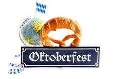 慕尼黑啤酒节与项目的金属标志喜欢与bavari的椒盐脆饼地球 库存图片