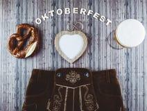 慕尼黑啤酒节啤酒在木桌上的节日背景 免版税库存照片