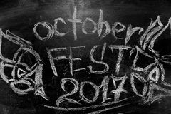 慕尼黑啤酒节是在白垩的题字在黑板 图库摄影