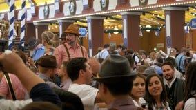 慕尼黑啤酒节的人庆祝在大啤酒帐篷的 巴伐利亚德国 股票视频