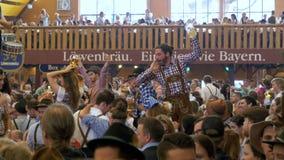 慕尼黑啤酒节的庆祝在大啤酒帐篷里面的 巴伐利亚德国 股票视频