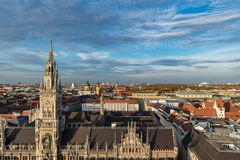 慕尼黑日落的城镇厅 免版税图库摄影