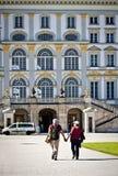 慕尼黑,在Nymphenburg宫殿前面的游人 库存照片