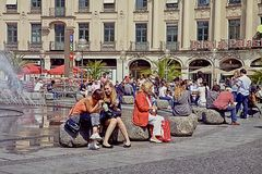 慕尼黑,夏天在Karlsplatz-Stachus放松 免版税库存图片