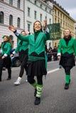 慕尼黑,巴伐利亚,德国- 2016年3月13日:代表绿色鲜绿色舞蹈家的小组女孩圣帕特里克` s天游行 免版税库存图片