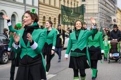 慕尼黑,巴伐利亚,德国- 2016年3月13日:代表绿色鲜绿色舞蹈家的小组女孩圣帕特里克` s天游行 库存图片