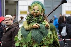 慕尼黑,巴伐利亚,德国- 2016年3月13日:关闭在掩藏在一个绿色恶鬼玩偶后的妇女在圣帕特里克` s天游行 免版税库存图片