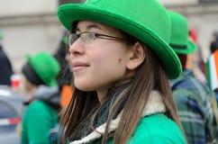 慕尼黑,巴伐利亚,德国- 2016年3月13日:关闭在有绿色帽子的年轻俏丽的妇女在圣帕特里克` s天游行 免版税库存图片