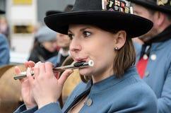 慕尼黑,巴伐利亚,德国- 2016年3月13日:关闭在演奏横向长笛的妇女在圣帕特里克` s天游行 库存图片