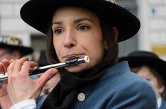 慕尼黑,巴伐利亚,德国- 2016年3月13日:关闭在演奏横向长笛的妇女在圣帕特里克` s天游行 免版税库存照片