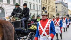 慕尼黑,巴伐利亚,德国- 2016年3月13日:在马无盖货车的夫妇由老英国制服的战士守卫了在圣帕特里克 免版税库存图片
