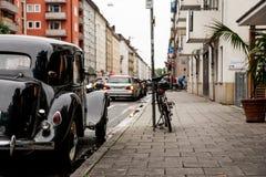 慕尼黑,德国-大约2016年10月:老Medcedes在老镇的街道上停放了 关于他们的汽车的德国人关心 库存照片