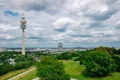 慕尼黑,德国- 06 24 2018年:奥林匹亚公园在有电视拖曳的慕尼黑 免版税库存图片