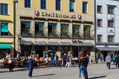慕尼黑,德国- 2017年10月14日:在t的繁忙的行人交通 库存照片