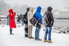 慕尼黑,德国- 2018年2月17日:有拍在雪风暴的红色外套的夫人照片 库存图片