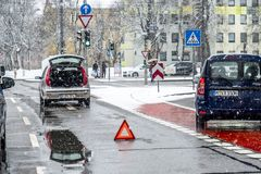 慕尼黑,德国- 2018年2月17日:汽车有故障在雪风暴 库存图片