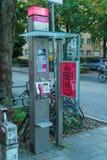 慕尼黑,德国- 2017年10月16日:街道电话亭o 库存照片