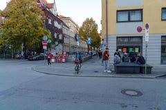 慕尼黑,德国- 2017年10月16日:谈论学校的学生s 免版税库存图片