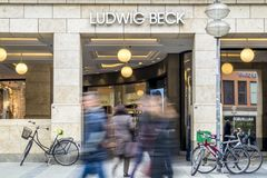 慕尼黑,德国- 2018年2月15日:路德维希・贝克卖秀丽、化妆用品、音乐、生活方式和时尚产品  免版税库存图片