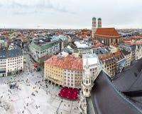 慕尼黑,德国- 2018年2月15日:Marienplatz是城市的中心有阿尔卑斯的在背景-天线中 库存照片