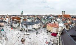 慕尼黑,德国- 2018年2月15日:Marienplatz是城市的中心有阿尔卑斯的在背景-天线中 免版税库存照片