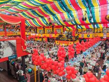 慕尼黑,德国- 2013年9月23日 慕尼黑啤酒节在Hippodrom帐篷的欢乐大气 免版税库存照片